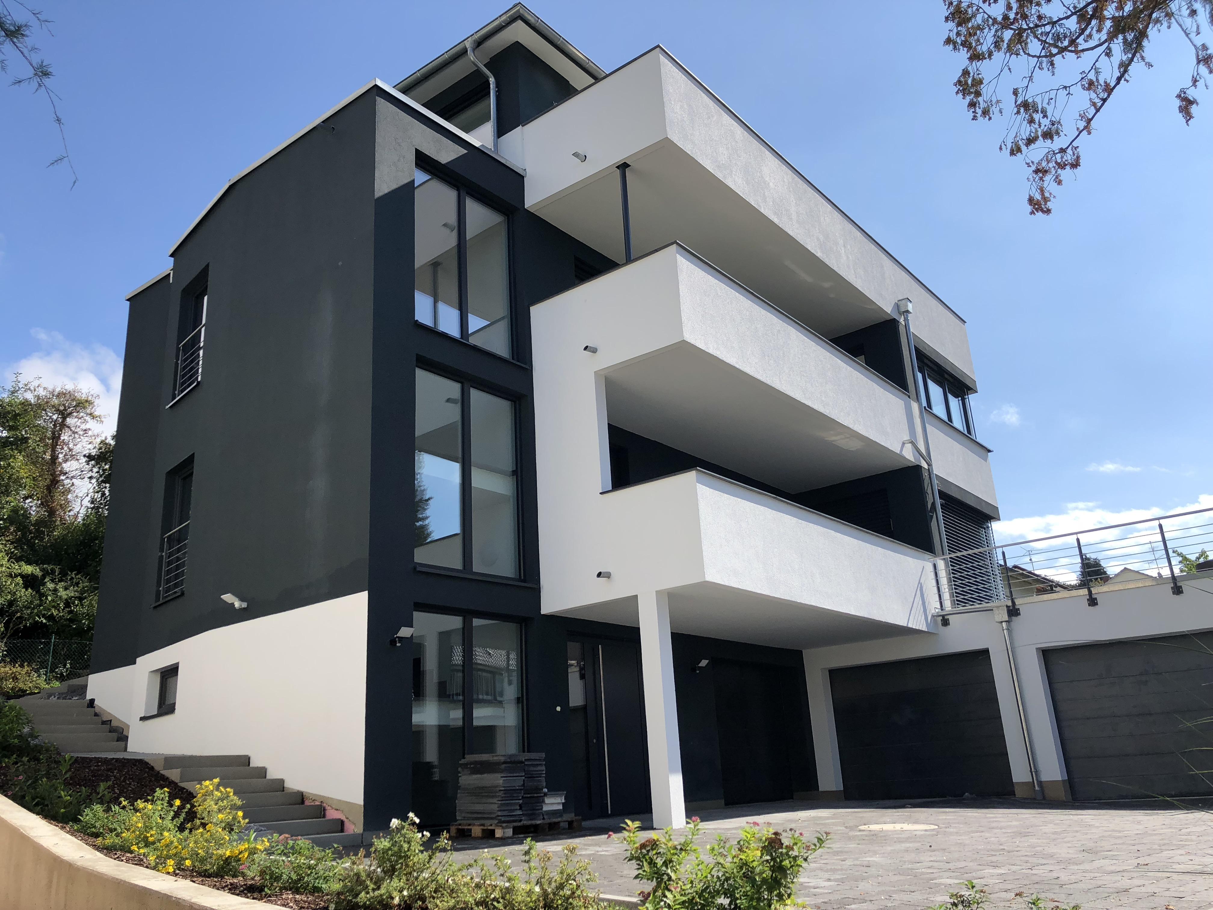 Design-Mehrfamilienhaus mit Stadt- und Seesicht